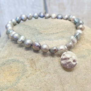 GREY FRESHWATER PEARL BRACELET WITH SILVER DISC CHARM