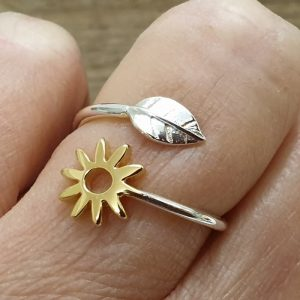 ADJUSTABLE STERLING SILVER LEAF AND DAISY RING DETAIL