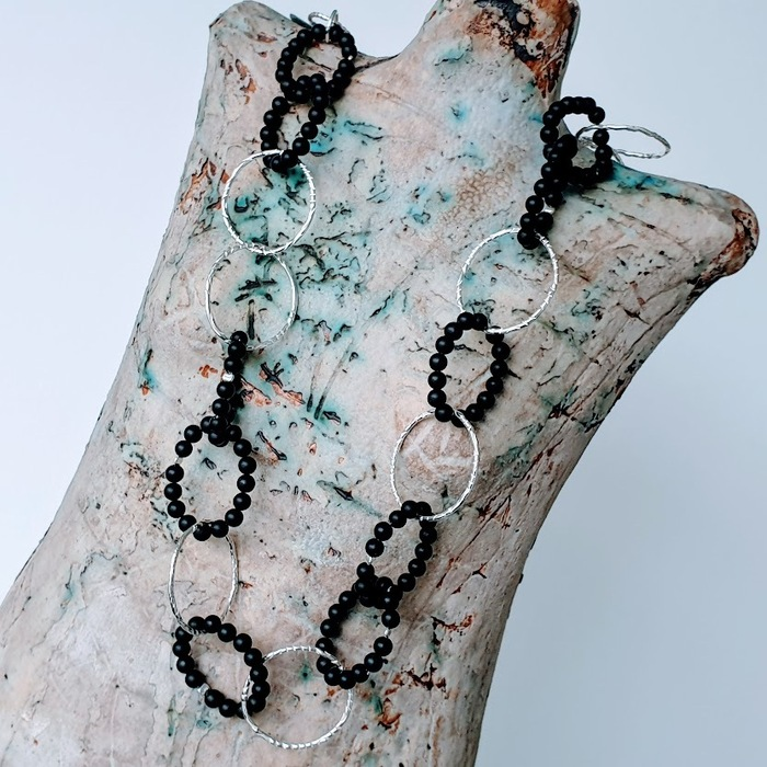 SILVER AND ONYX INTERLINKED NECKLACE DETAIL