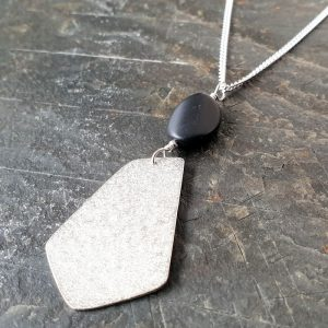 SILVER AND WAVY ONYX PENDANT DETAIL