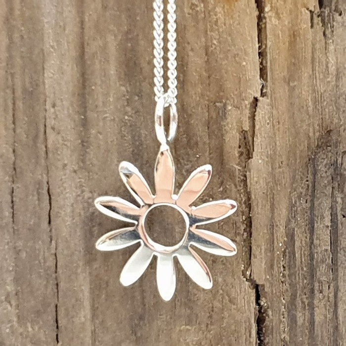 STERLING SILVER DAISY PENDANT DETAIL