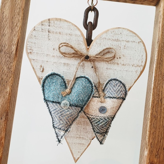 OPEN WOODEN FRAME WITH HEARTS DETAIL